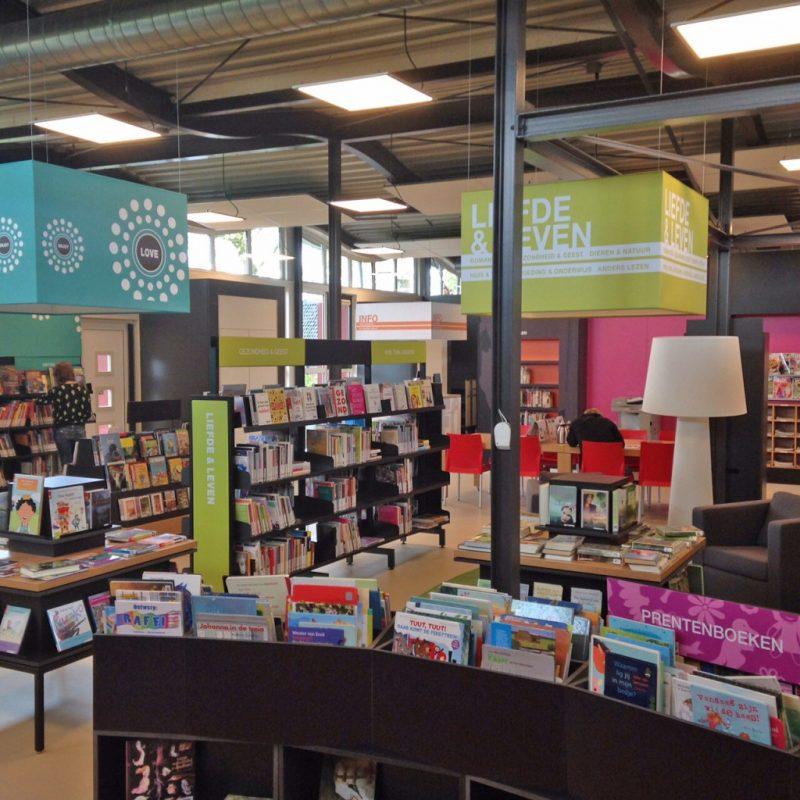 Bibliotheek Stiens met gependelde Led Panelen